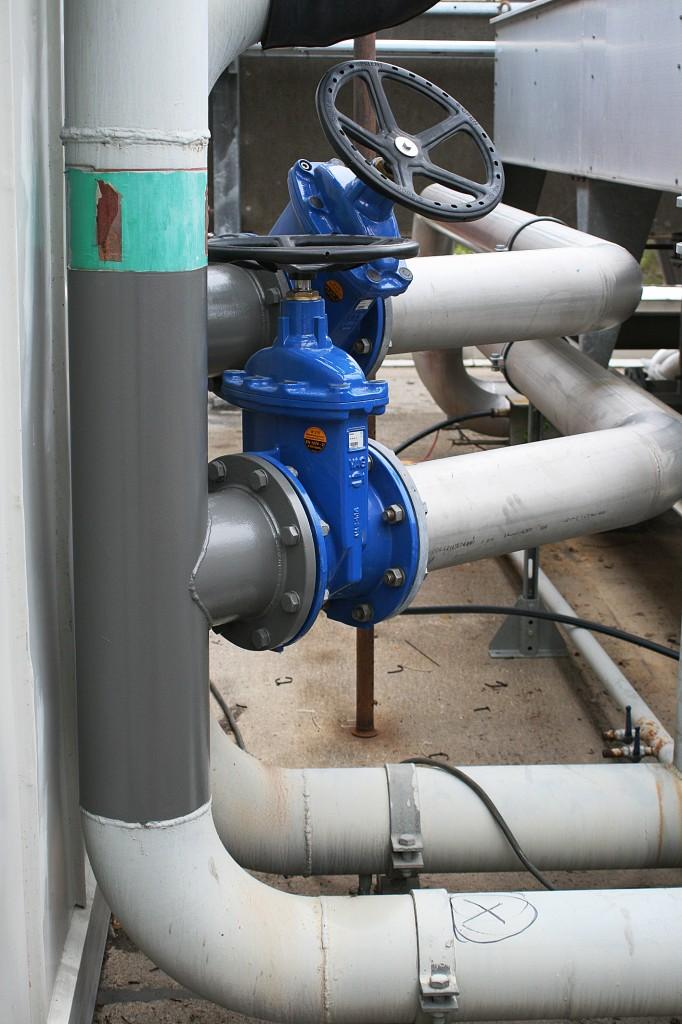 Procos tekniker gör en så kallad size - to - sizeanborrning, d v s ventilerna har samma dimension som de befintliga rören. Nya rör kan på så sätt kopplas in till kylelementen på taket.
