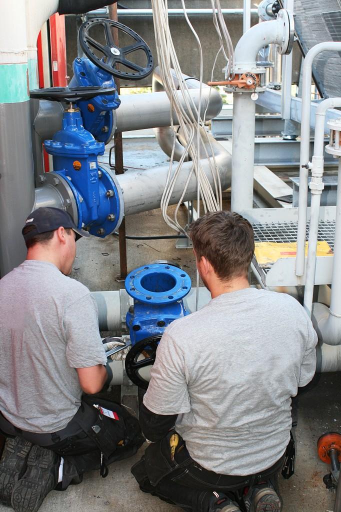 Genom att montera en ventil förbereder man en blockering av röret till det gamla kylaggregatet som skadades under branden.